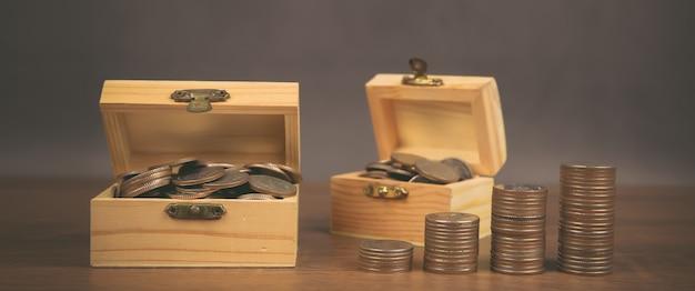 Muchas monedas se apilan en forma de gráfico, concepto de ideas para ahorrar dinero.