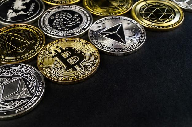 Muchas monedas de criptomonedas se encuentran en una superficie oscura