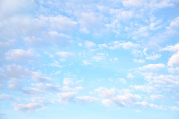 Muchas nubes pequeñas en el cielo, pueden usarse como fondo.