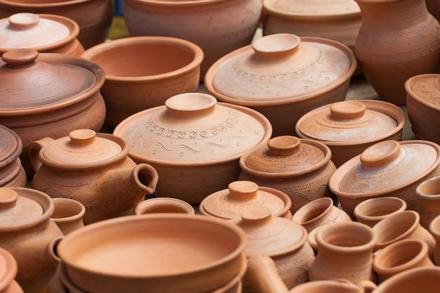 Muchas ollas de barro se guardan para secar al sol.