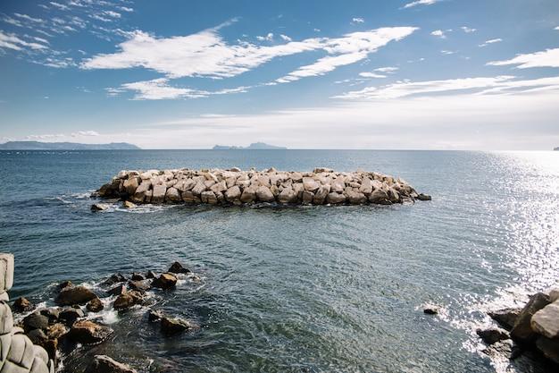 Muchas piedras en el mar