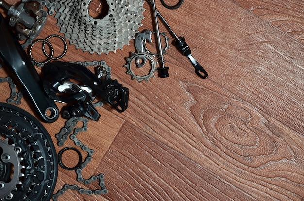 Muchas piezas y componentes metálicos diferentes del tren de rodaje de una bicicleta deportiva.