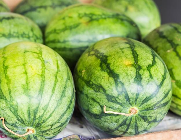 Muchas sandías verdes dulces grandes