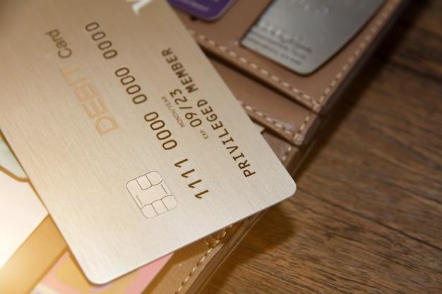 Muchas tarjetas de crédito o débito en madera, tarjeta maestra