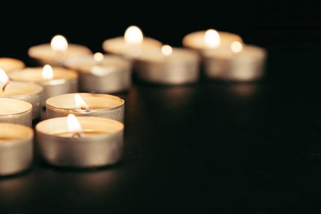 Muchas velas encendidas con poca profundidad de campo.