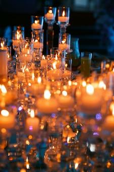 Muchas velas con luces en la mesa de vacaciones