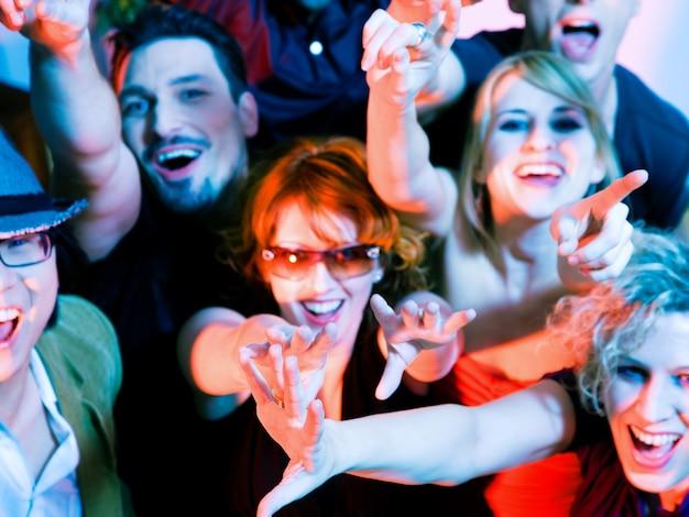 Muchedumbre que anima en discoteca
