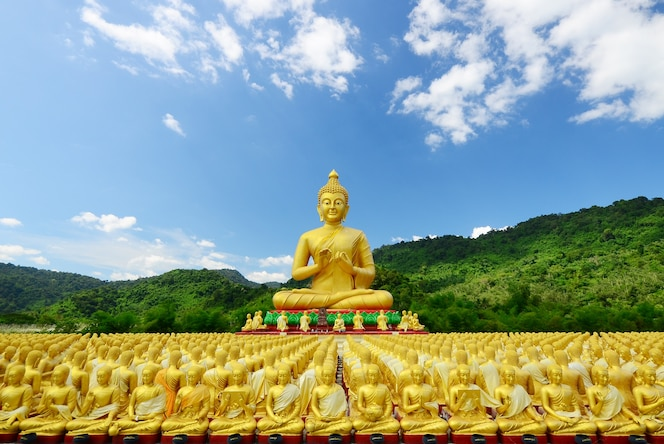 Mucho estatua de buda en el templo, nakornnayok, tailandia