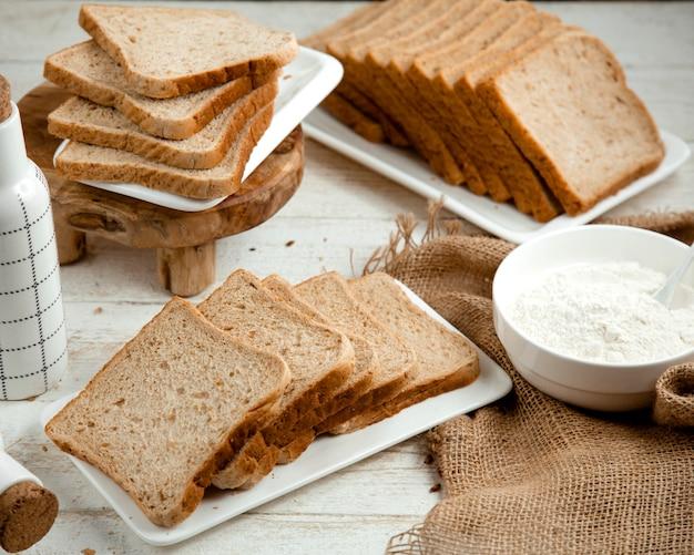 Mucho pan rebanado sobre la mesa