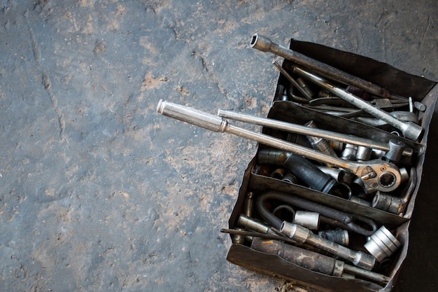 Muchos accesorios, herramientas en la caja de técnicos profesionales que usan herramientas para trabajar en servicios de reparación de automóviles.