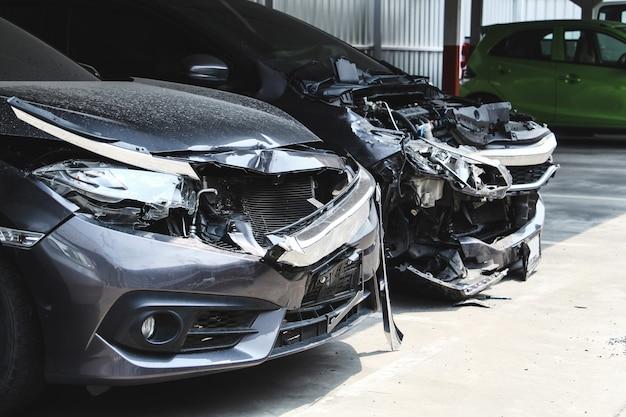 Muchos accidentes automovilísticos en el estacionamiento con accidentes grandes dañados y rotos. concepto de seguridad y accidente de coche.