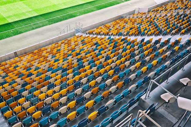 Muchos asientos en el estadio.