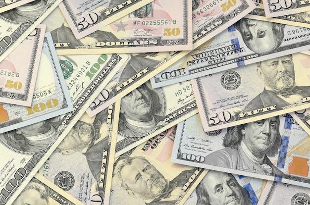 Muchos billetes de ciento cincuenta dólares en la superficie de fondo plano de cerca. vista superior plana