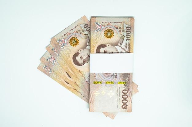 Muchos de los billetes tailandeses en el fondo aislado
