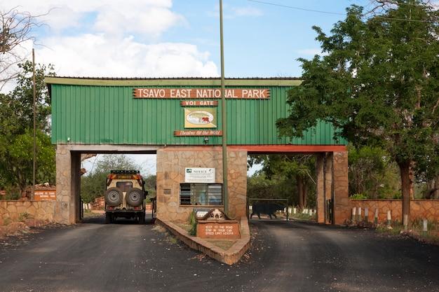 Uno de los muchos caminos de entrada al parque nacional tsavo east