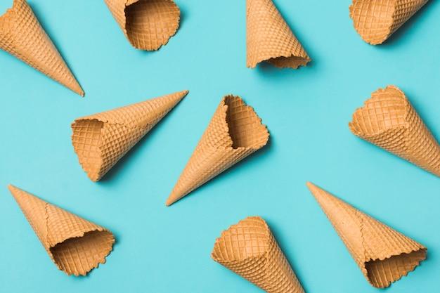 Muchos conos de gofres vacíos