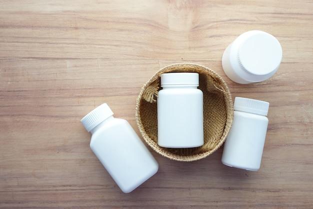 Muchos contenedores de píldoras médicas en la mesa