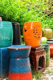 Muchos cuencos y tazas de cerámica multicolores hechos a mano