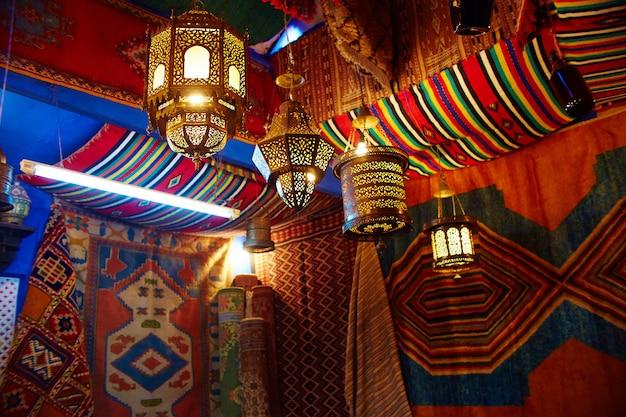 Muchos diferentes recuerdos y regalos calles marruecos