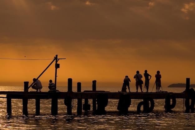 Muchos fotógrafos con luz de la mañana. en una isla