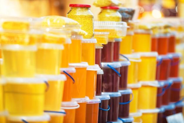 Muchos frascos con miel en el mercado agrícola.