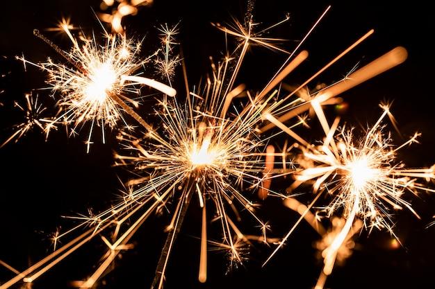 Muchos fuegos artificiales dorados en la noche en el cielo