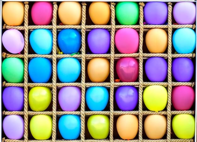Muchos globos coloridos en cajas separadas