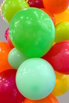 Muchos globos multicolores decoración de fiesta para ambiente festivo enfoque selectivo