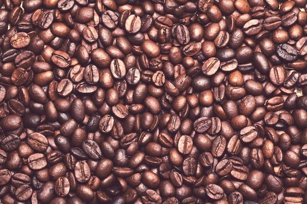 Muchos granos de café sobre la mesa