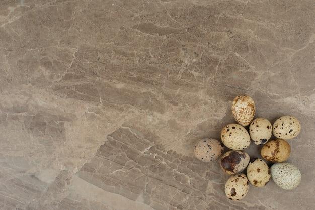 Muchos de los huevos de codorniz en la mesa de mármol.