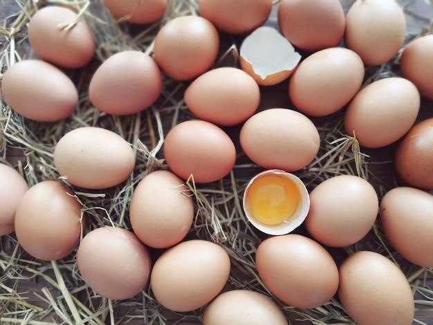Muchos huevos ponen sobre la mesa.