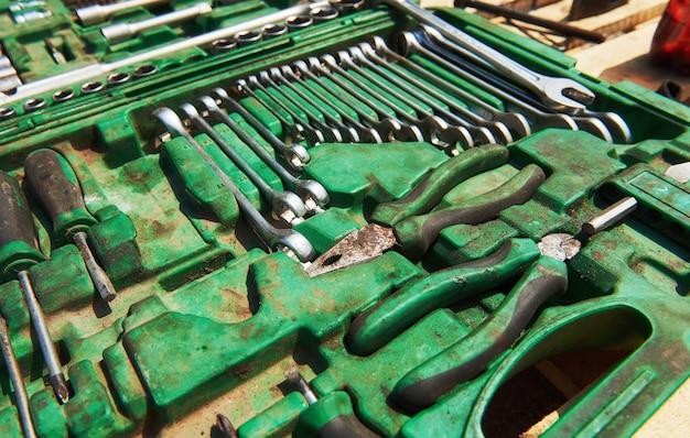 Muchos instrumentos antiguos en caja de herramientas.