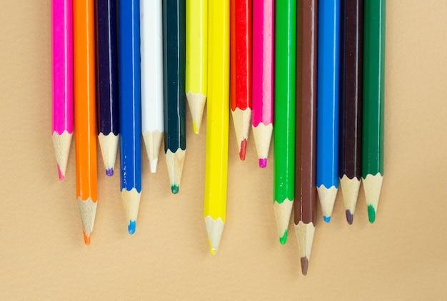 Muchos lápices de colores, vista superior