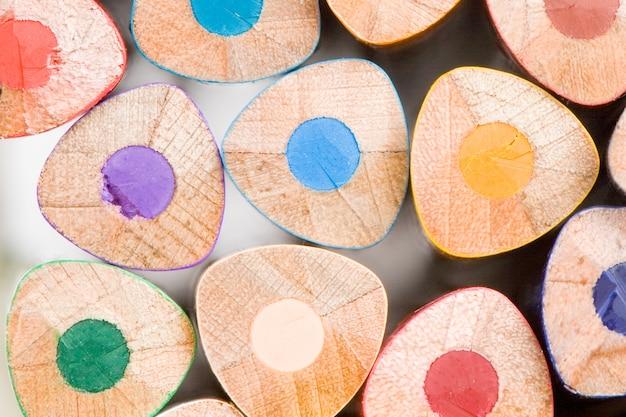 Muchos lápices de diferentes colores sobre un fondo blanco-dof superficial-