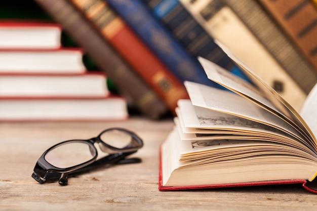 Muchos libros antiguos sobre fondo de madera. la fuente de información. el conocimiento es poder