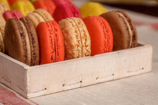 Muchos macarons coloridos franceses tradicionales en una caja, primer plano