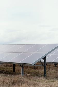Muchos paneles solares que generan electricidad.