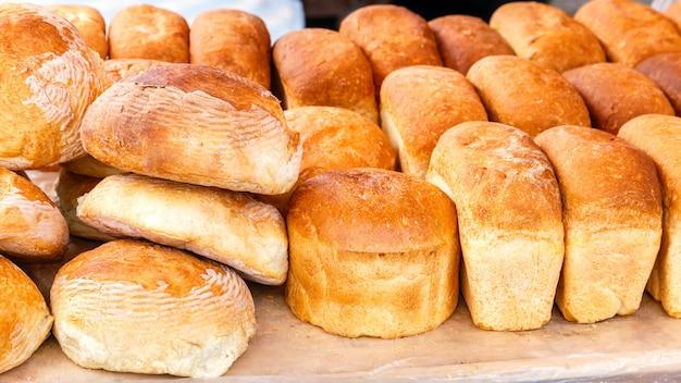 Muchos panes de arroz fresco en el mercado