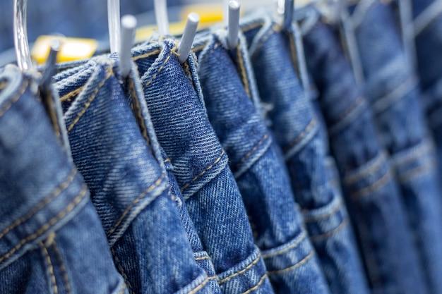 308260f8a0 Muchos pantalones vaqueros de mezclilla colgando en un estante