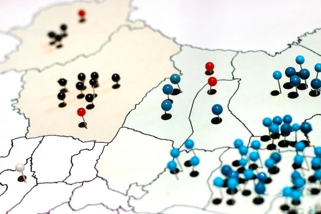 Muchos pines en el mapa