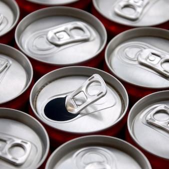 Muchos refrescos de aluminio beben latas. publicidad de bebidas gaseosas o latas de fabricación en masa