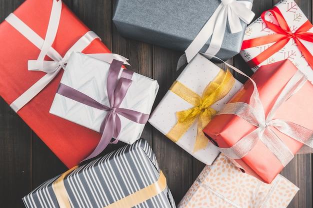 Muchos regalos de diferentes formas y colores