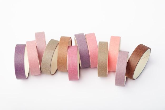 Muchos rollos multicolores de cinta washi.