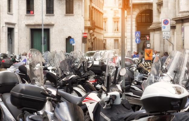 Muchos scooters en la plaza de milán, italia