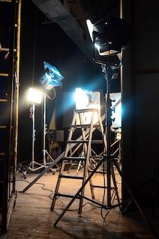 Muchos sistemas de iluminación led, pocos con filtros de color y escaleras en el escenario de la película.