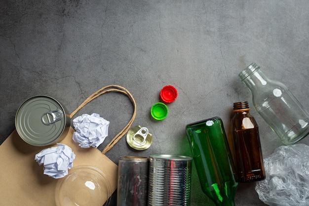 Muchos tipos de basura se esparcieron por el suelo oscuro.