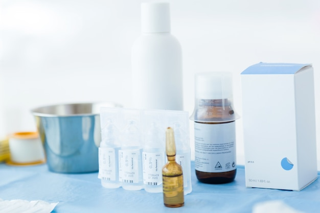 Muchos tipos de medicamentos preparados para su uso en una operación.