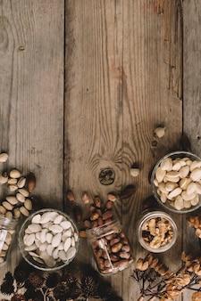 Muchos tipos de nueces con espacio a la izquierda