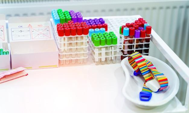Muchos tubos de ensayo para análisis de sangre. equipo medico. tubos para análisis en el laboratorio de hematología. equipo especial para laboratorio.