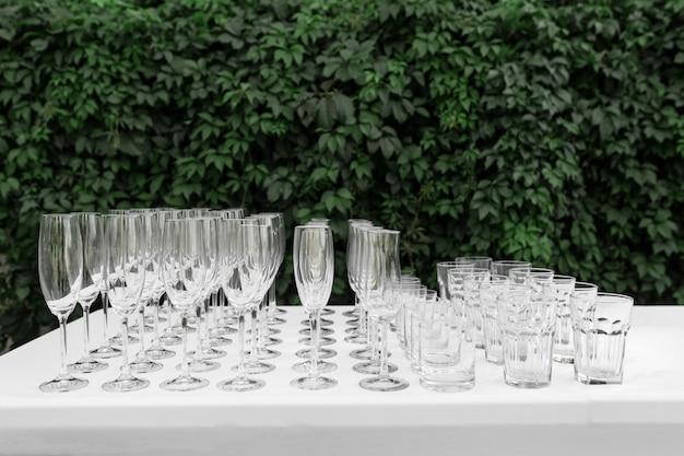 Muchos vasos limpios vacíos